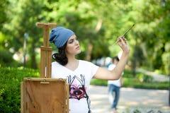 Όμορφη τοποθέτηση ζωγράφων κοριτσιών για έναν βλαστό φωτογραφιών Στοκ φωτογραφία με δικαίωμα ελεύθερης χρήσης