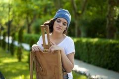 Όμορφη τοποθέτηση ζωγράφων κοριτσιών για έναν βλαστό φωτογραφιών στοκ εικόνα με δικαίωμα ελεύθερης χρήσης