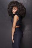 Όμορφη τοποθέτηση κοριτσιών αφροαμερικάνων στο κομψό φόρεμα στοκ εικόνες