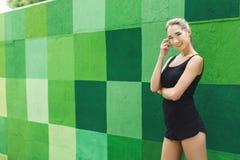 Όμορφη τοποθέτηση κοριτσιών ικανότητας στο γκρίζο υπόβαθρο Στοκ φωτογραφία με δικαίωμα ελεύθερης χρήσης