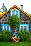 Όμορφη τοποθέτηση κοριτσιών κοντά στο καυσόξυλο Στοκ φωτογραφία με δικαίωμα ελεύθερης χρήσης