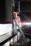 όμορφη τοποθέτηση κοριτσιών λεσχών burnette Στοκ φωτογραφία με δικαίωμα ελεύθερης χρήσης