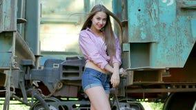 Όμορφη τοποθέτηση κοριτσιών μεταξύ του σιδηροδρόμου απόθεμα βίντεο