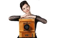 Όμορφη τοποθέτηση κοριτσιών με την παλαιά κάμερα Στοκ φωτογραφία με δικαίωμα ελεύθερης χρήσης