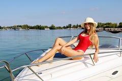 Όμορφη τοποθέτηση κοριτσιών σε ένα σκάφος αναψυχής στοκ εικόνες