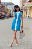 Όμορφη τοποθέτηση κοριτσιών στις οδούς πόλεων Στοκ Εικόνες