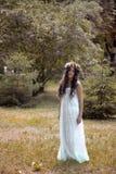 Όμορφη τοποθέτηση κοριτσιών στο βλαστό φωτογραφιών στο δάσος Στοκ φωτογραφίες με δικαίωμα ελεύθερης χρήσης