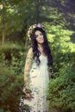 Όμορφη τοποθέτηση κοριτσιών στο βλαστό φωτογραφιών στο δάσος Στοκ φωτογραφία με δικαίωμα ελεύθερης χρήσης