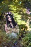 Όμορφη τοποθέτηση κοριτσιών στο βλαστό φωτογραφιών στο δάσος Στοκ εικόνες με δικαίωμα ελεύθερης χρήσης
