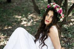 Όμορφη τοποθέτηση κοριτσιών στο βλαστό φωτογραφιών στο δάσος Στοκ εικόνα με δικαίωμα ελεύθερης χρήσης