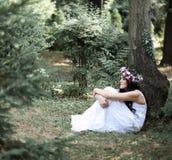 Όμορφη τοποθέτηση κοριτσιών στο βλαστό φωτογραφιών στο δάσος Στοκ Εικόνες