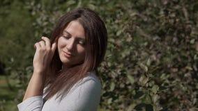 Όμορφη τοποθέτηση κοριτσιών στο πάρκο κίνηση αργή Πορτρέτο απόθεμα βίντεο