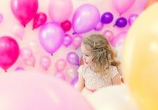 Όμορφη τοποθέτηση κοριτσιών στο στούντιο όπου μέρος των μπαλονιών στοκ εικόνες