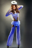 Όμορφη τοποθέτηση κοριτσιών στο φωτεινό κοστούμι αγγέλου Στοκ Εικόνα