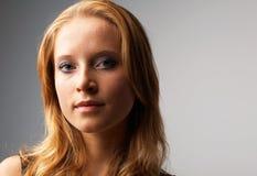 Όμορφη τοποθέτηση κοριτσιών Στοκ εικόνες με δικαίωμα ελεύθερης χρήσης