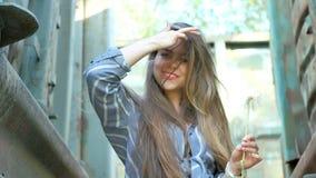 όμορφη τοποθέτηση κοριτσ&io απόθεμα βίντεο