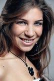 όμορφη τοποθέτηση κοριτσ&io Στοκ εικόνες με δικαίωμα ελεύθερης χρήσης