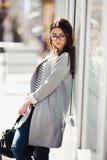 όμορφη τοποθέτηση κοριτσ&io Στοκ φωτογραφία με δικαίωμα ελεύθερης χρήσης