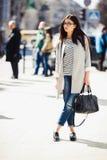 όμορφη τοποθέτηση κοριτσ&io Στοκ Εικόνες