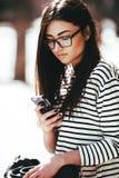 όμορφη τοποθέτηση κοριτσ&io Στοκ Φωτογραφίες