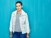 Όμορφη τοποθέτηση μόδας κοριτσιών στο μπλε υπόβαθρο τοίχων Στοκ Εικόνες