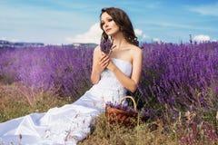 Όμορφη τοποθέτηση νυφών στον τομέα lavender Στοκ φωτογραφία με δικαίωμα ελεύθερης χρήσης