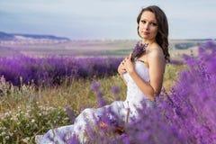 Όμορφη τοποθέτηση νυφών στον τομέα lavender Στοκ εικόνα με δικαίωμα ελεύθερης χρήσης