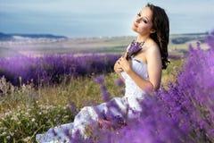 Όμορφη τοποθέτηση νυφών στον τομέα lavender Στοκ Εικόνες