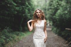 Όμορφη τοποθέτηση νυφών στο γαμήλιο φόρεμα υπαίθρια Στοκ Εικόνες