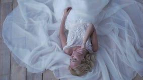 Όμορφη τοποθέτηση νυφών στο γαμήλιο φόρεμά της φιλμ μικρού μήκους