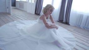 Όμορφη τοποθέτηση νυφών στο γαμήλιο φόρεμά της απόθεμα βίντεο