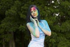 Όμορφη τοποθέτηση χρωμάτων χρώματος brunette καλυμμένη γυναίκα στην οδό Στοκ φωτογραφία με δικαίωμα ελεύθερης χρήσης