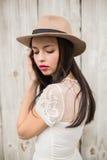 Όμορφη τοποθέτηση brunette για τη κάμερα Στοκ Εικόνες