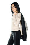 Όμορφη τοποθέτηση brunette με ένα παλτό στον ώμο της Στοκ Εικόνα