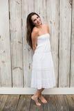 Όμορφη τοποθέτηση brunette στο άσπρο φόρεμα Στοκ Εικόνες