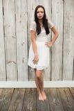 Όμορφη τοποθέτηση brunette στο άσπρο φόρεμα Στοκ φωτογραφία με δικαίωμα ελεύθερης χρήσης