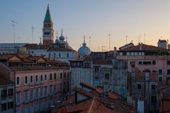 Όμορφη τοπ άποψη στεγών του καθεδρικού ναού του SAN Marco, Βενετία, Ιταλία Στοκ Εικόνες