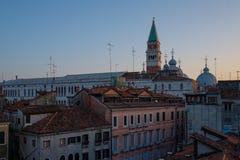 Όμορφη τοπ άποψη στεγών του καθεδρικού ναού του SAN Marco, Βενετία, Ιταλία Στοκ εικόνα με δικαίωμα ελεύθερης χρήσης