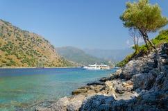 Όμορφη τουρκική ακτή κοντά στο δημοφιλές θέρετρο Oludeniz, Τουρκία Στοκ φωτογραφία με δικαίωμα ελεύθερης χρήσης