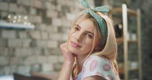 Όμορφη τρομερή ξανθή κυρία πολύ χαριτωμένη στις πυτζάμες κοντά στη κά φιλμ μικρού μήκους