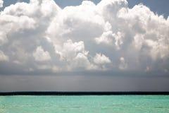 Όμορφη τροπική θάλασσα κάτω από το μπλε ουρανό με τα μεγάλα χνουδωτά σύννεφα Στοκ Εικόνες