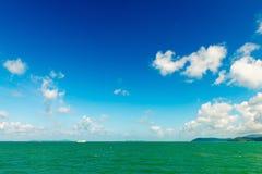 Όμορφη τροπική θάλασσα κάτω από το μπλε ουρανό με τα πράσινα νησιά Στοκ Εικόνα