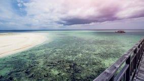 Όμορφη τροπική παραλία και σαφές θαλάσσιο νερό στοκ φωτογραφίες με δικαίωμα ελεύθερης χρήσης