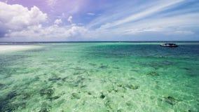 Όμορφη τροπική παραλία και σαφές θαλάσσιο νερό στοκ φωτογραφία