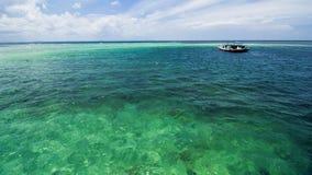 Όμορφη τροπική παραλία και σαφές θαλάσσιο νερό στοκ εικόνες