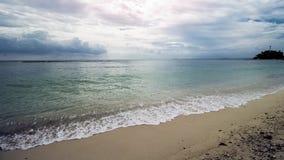 Όμορφη τροπική παραλία και σαφές θαλάσσιο νερό στοκ εικόνα με δικαίωμα ελεύθερης χρήσης