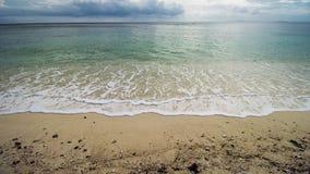 Όμορφη τροπική παραλία και σαφές θαλάσσιο νερό στοκ φωτογραφία με δικαίωμα ελεύθερης χρήσης