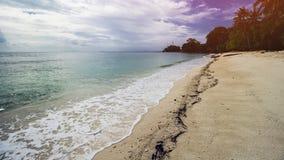 Όμορφη τροπική παραλία και σαφές θαλάσσιο νερό στοκ εικόνα