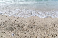 Όμορφη τροπική παραλία με την άμμο και τον πράσινο ωκεανό Στοκ Φωτογραφίες