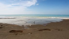 Όμορφη τροπική παραλία με την όψη, το καθαρό νερό & το μπλε ουρανό θάλασσας φιλμ μικρού μήκους